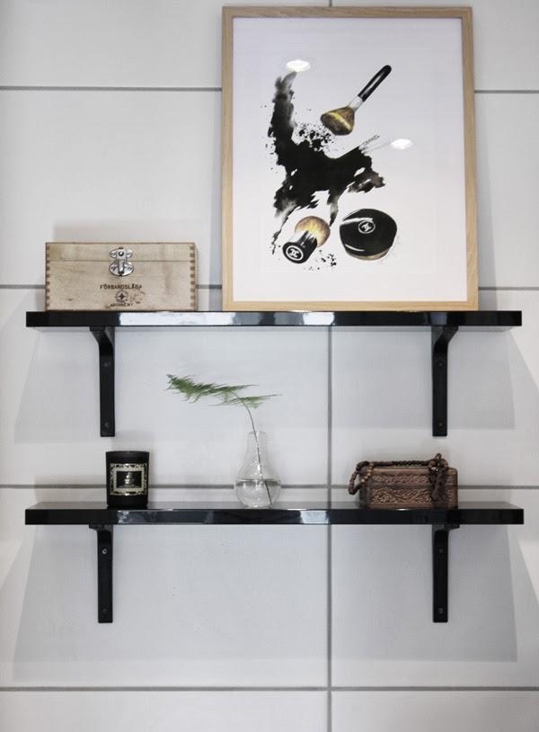 konsttryck, chanelmotiv, smink på tavla, artprint, svart och vitt, print, tavlor, tavla på toaletten, svarta hyllor, inredning, svart och vitt, doftljus, loppisfynd, tavla med trären ram, A3, träskrin, halsband med kors, blomma i glödlampa, kvist av grön växt i vas, konsttryck by annelie, design canvas varberg