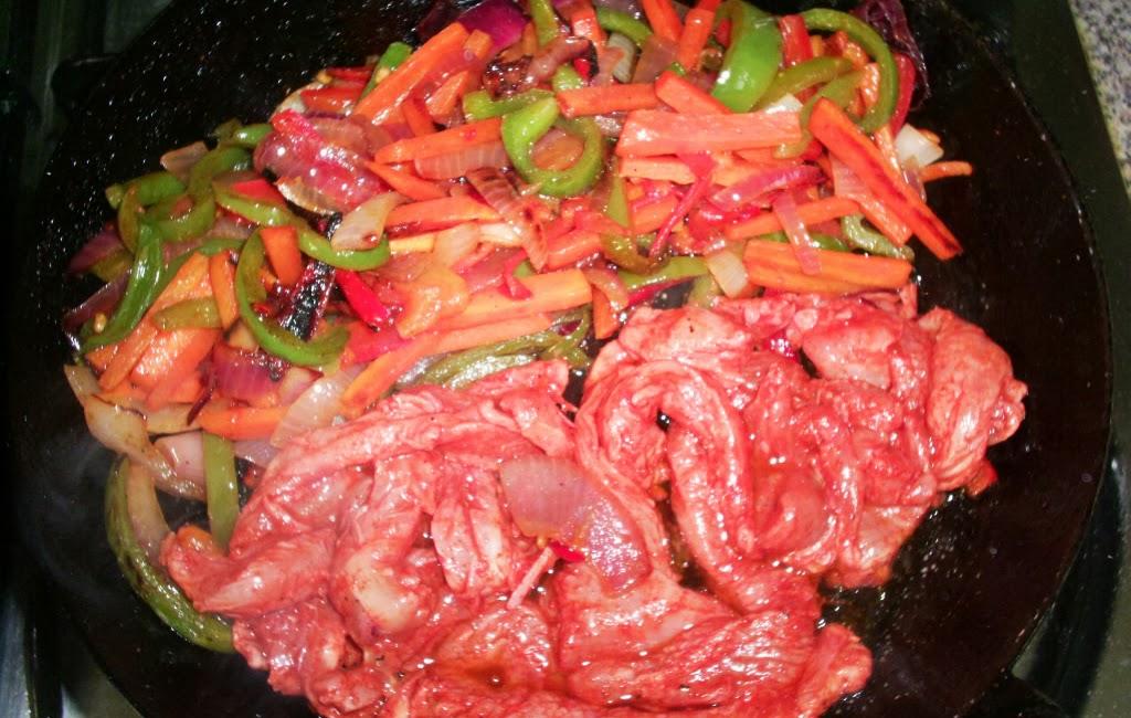 verduras y pollo en la sartén