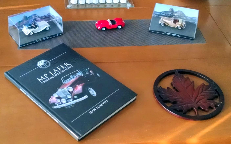Miniaturas ladeiam um exemplar do livro do MP Lafer, na mesa de centro da sala de Mauricio Augusto, de Florianópolis.
