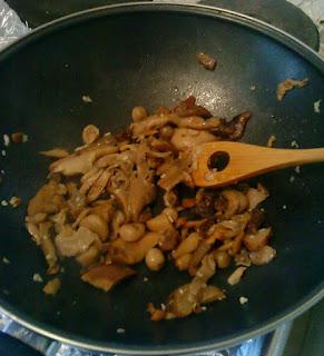 Des champignons en train de cuire dans une poêle