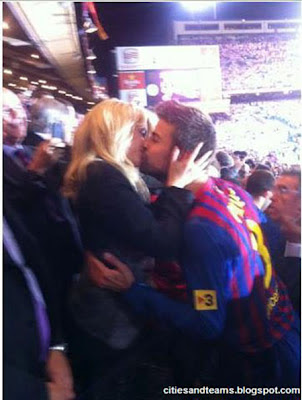 Gerard Pique Kissing His Girlfriend Barcelona Hd Wallpaper