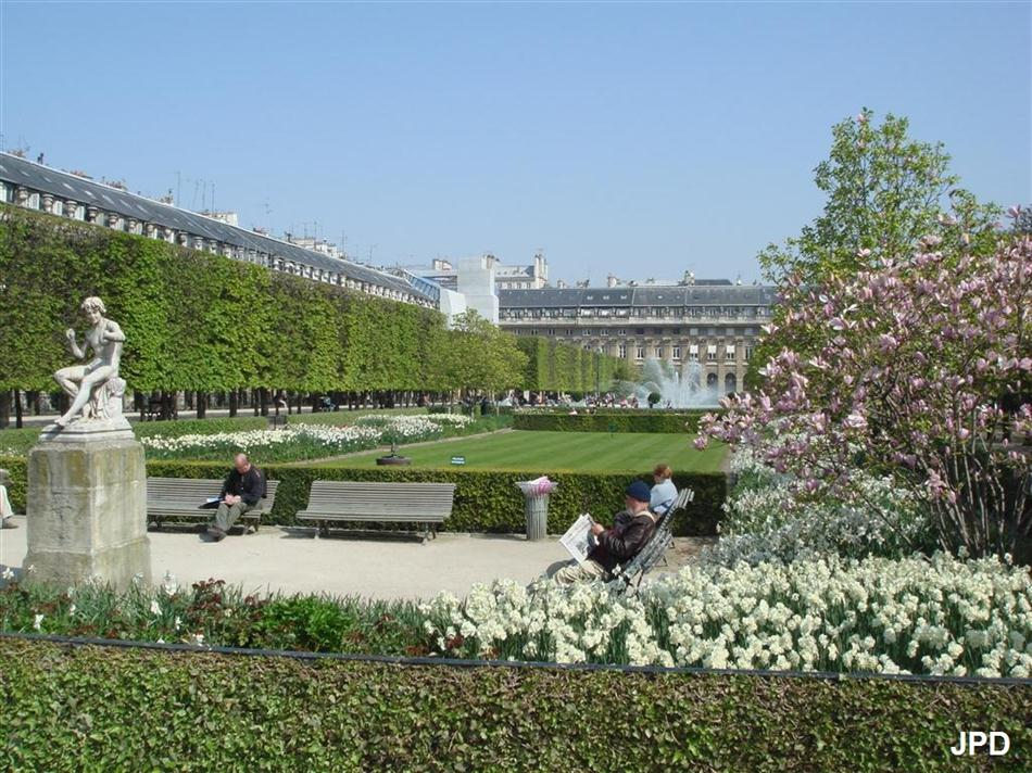 Paris bise art le petit canon du palais royal for Au jardin du port le palais