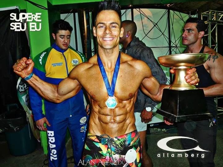 Allamberg Tavares comemora a vitória no Mister Guarujá 2013. Foto: Alan Azevedo