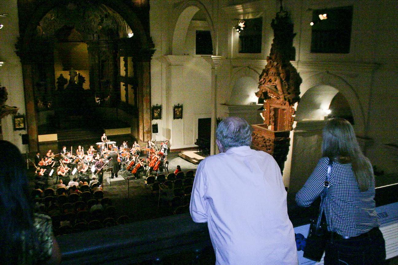 Os portugueses, na Igreja de Santo Alexandre assistiram apresentação de uma orquestra da Fundação Carlos Gomes Foto: Thiago Figueira - Patatur