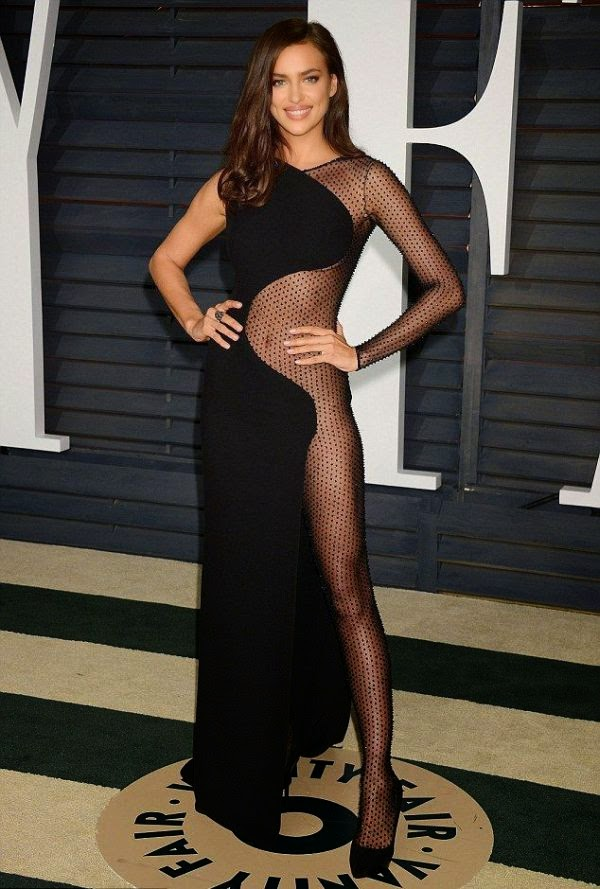 The 29-year-old was spotted enjoying her art in a long dark gown by Atelier Versace design, which surely displaying her incredible legs by no ending to the event at Hollywood on Sunday, February 22, 2015.