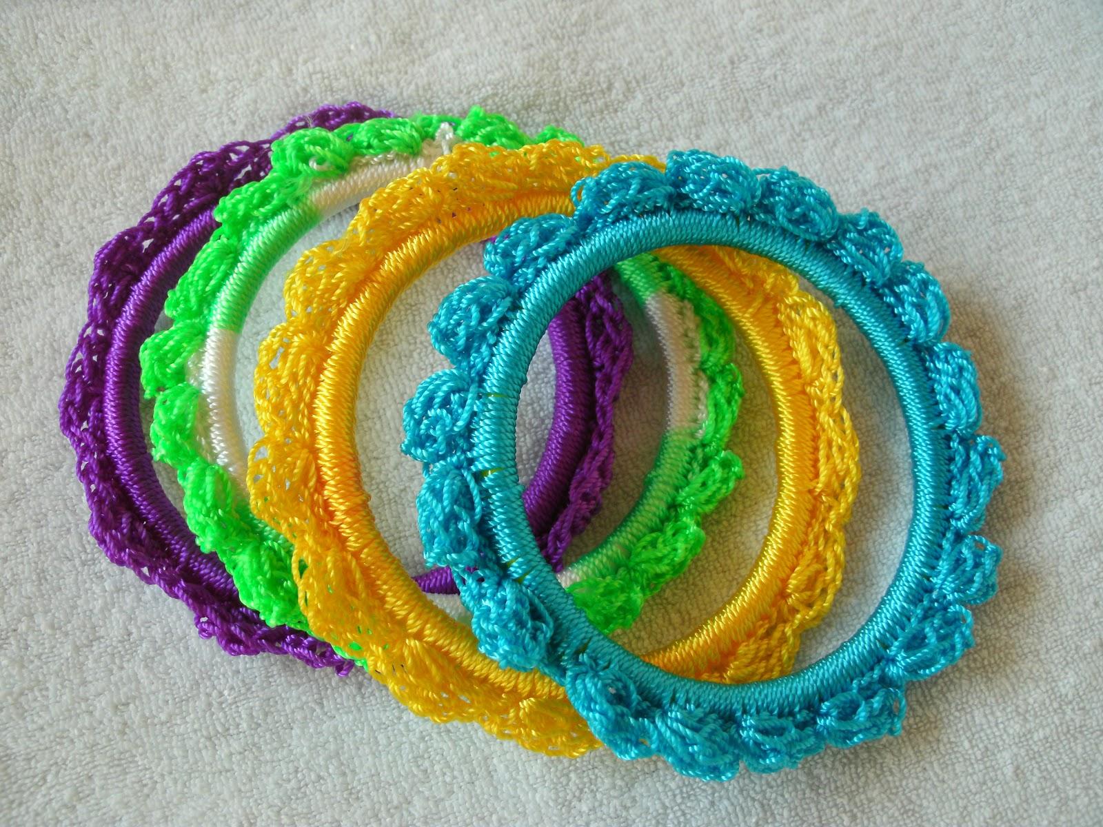 Que les parce estas pulseras tejidas a crochet y el anillo quedo bien