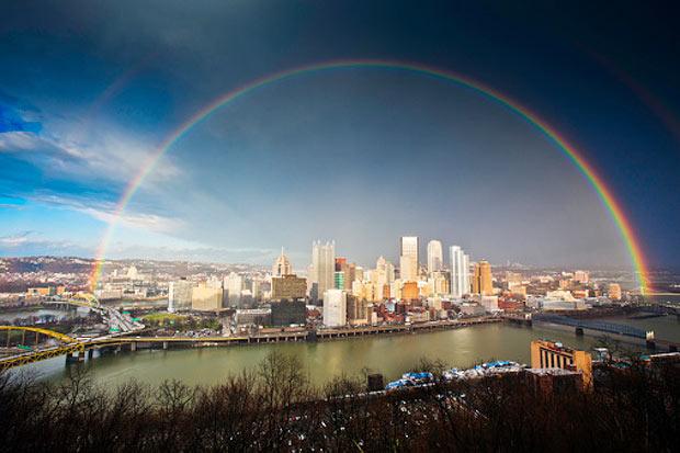 Arco-íris completo sobre cidade