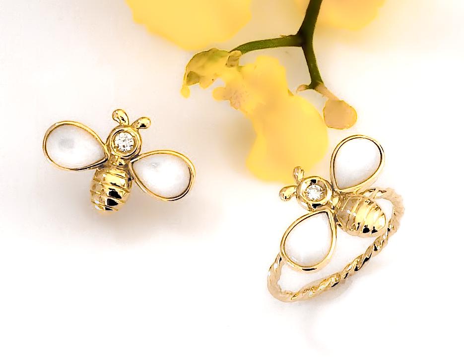 ユンヌピエールアンプリュスオリジナルのミツバチブローチとミツバチリングを並べて撮った写真