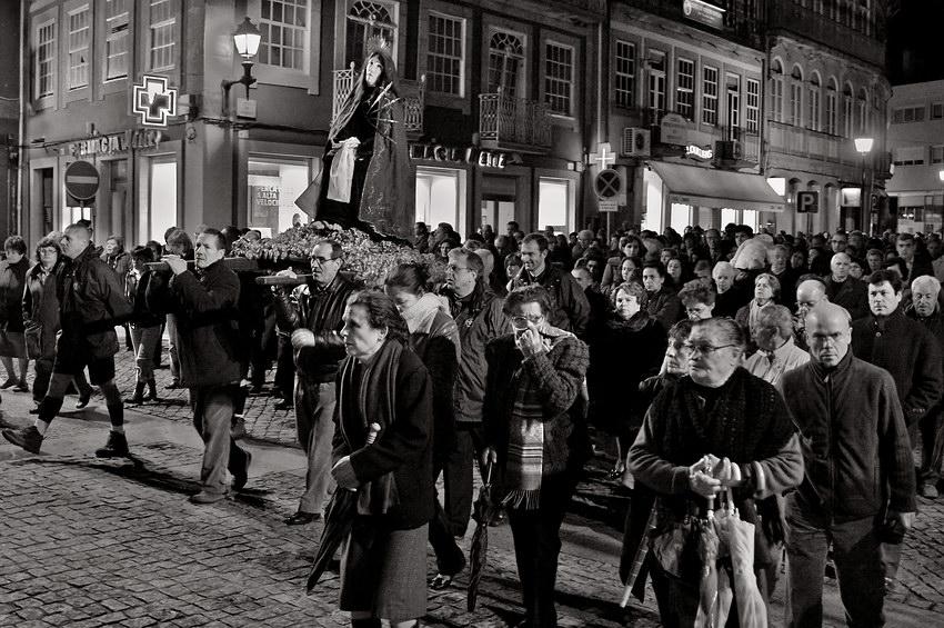 Grupo de pessoas acompanhando o andor