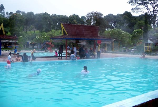 Air panas yg jernih, bersih, tanpa bau belerang di Kolam Air Panas Ciwalini Bandung