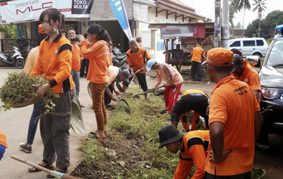 Bergotong royong membersihkan lingkungan sekitar merupakan contoh perilaku menjaga keutuhan NKRI