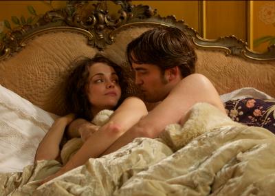 Robert Pattinson y Christina Ricci en una escena de la película Bel Ami