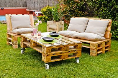 Sofás y mesa de jardin con palets