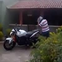 Homem alegre ao comprar sua primeira moto