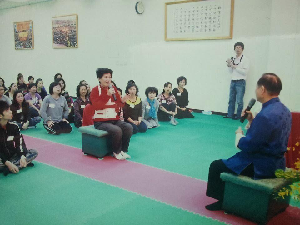 照片中的人,是故事的主角陳秋蓉師姐。這張照片攝於3年前 ,悟覺妙天師父蒞臨草屯禪修會館開光時,陳師姐身穿復健的鐵衣,向師父報告她的親身經歷。