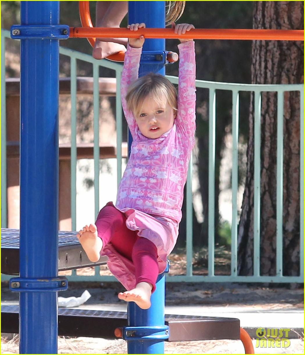 http://2.bp.blogspot.com/-TguKfOZ9Z1k/UI0pkTcFEwI/AAAAAAAAKV0/KNuLLLhdin0/s1600/angelina-jolie-park-playtime-with-knox-vivienne-17.jpg