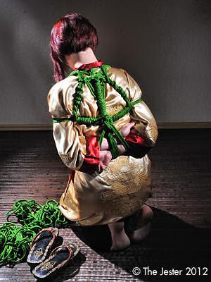 Schöne Farbe, schönes Seil: Shibari mit Hanf in Grün