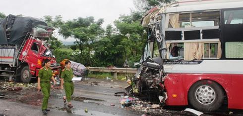 Ôtô khách đâm nát xe tải, tài xế chết trong cabin