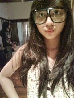 Foto Jessica Mila  lagi pakai kacamata
