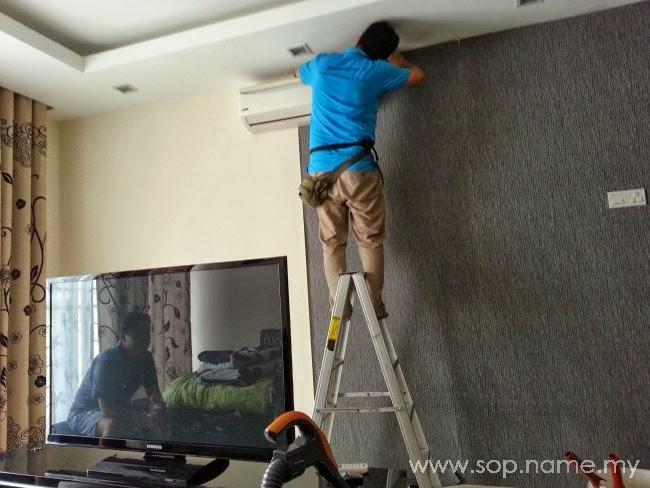 Pemasangan wallpaper ruang tamu rumah