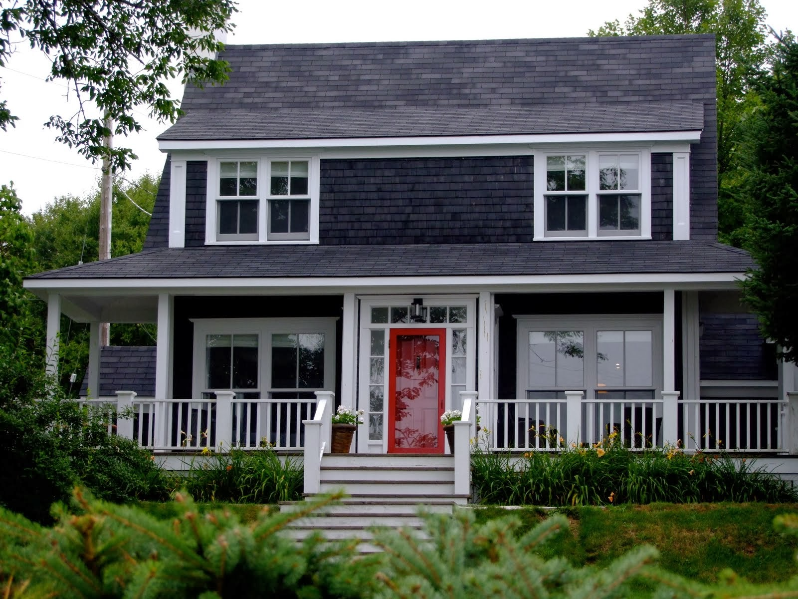 Black house exteriors dans le lakehouse - Dark grey exterior house paint concept ...