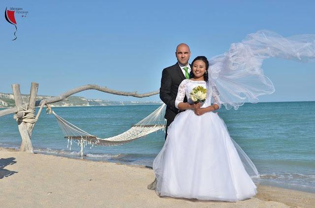 красиви младоженци на сватбена фотосесия край Балчик