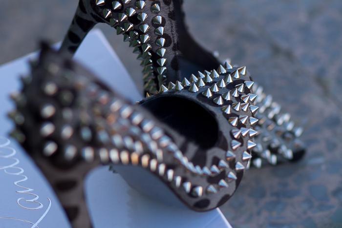 Nuevos zapatos de punta afilada de pelo de estampado leopardo con pinchos de Kandee withorwithoutshoes Blogger adicta zapatos