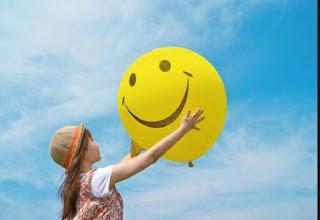 Felicidad niña con globo amarillo cielo azul alegría sonrisa smile