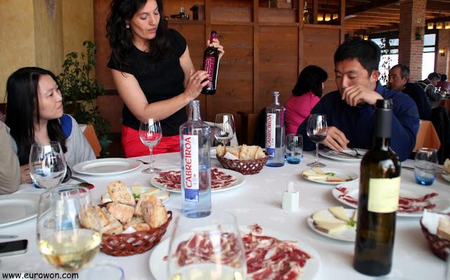 Mesa servida en el restaurante Mirador do Cepudo de Vigo