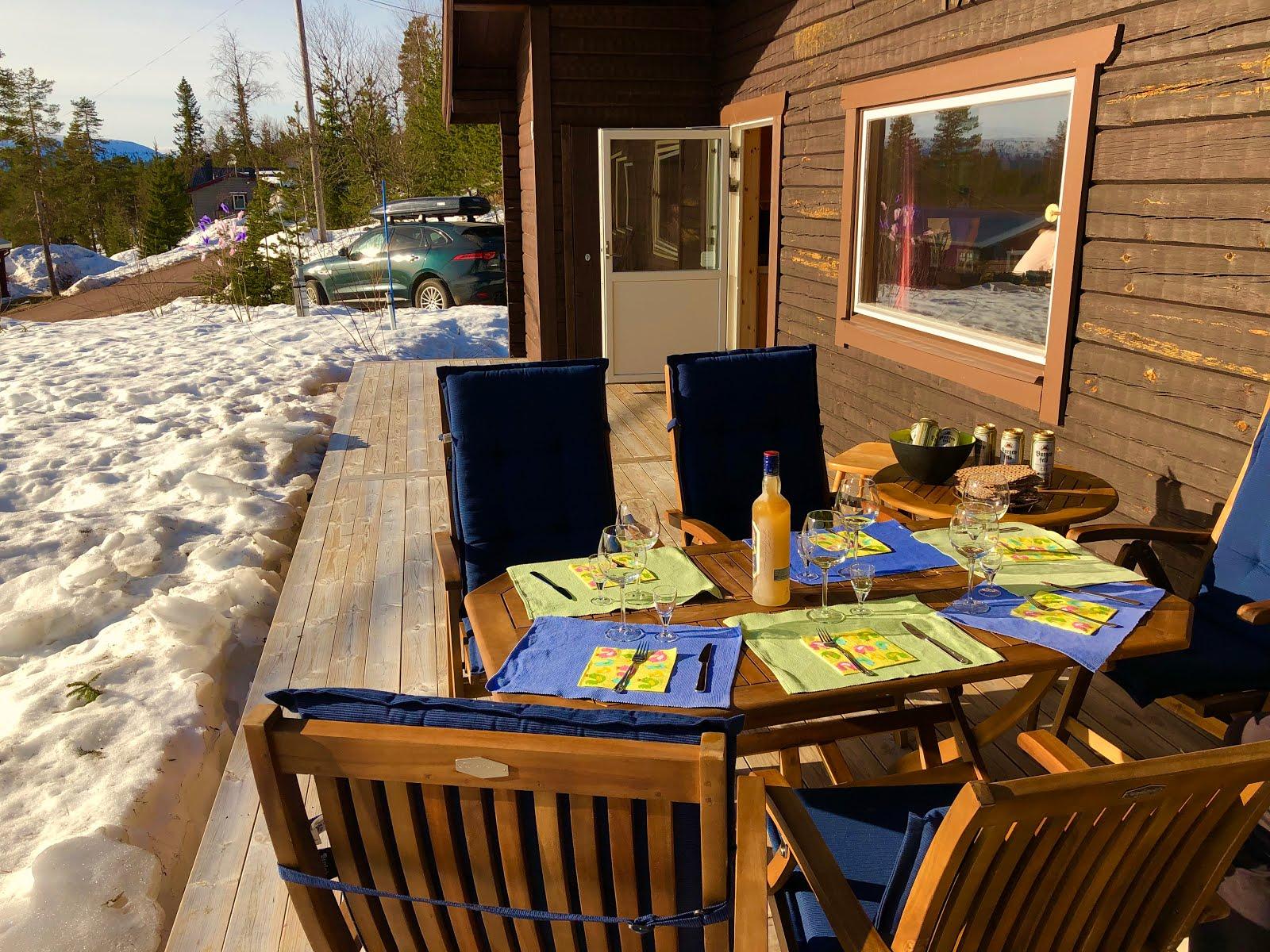 Middag på altanen i solen