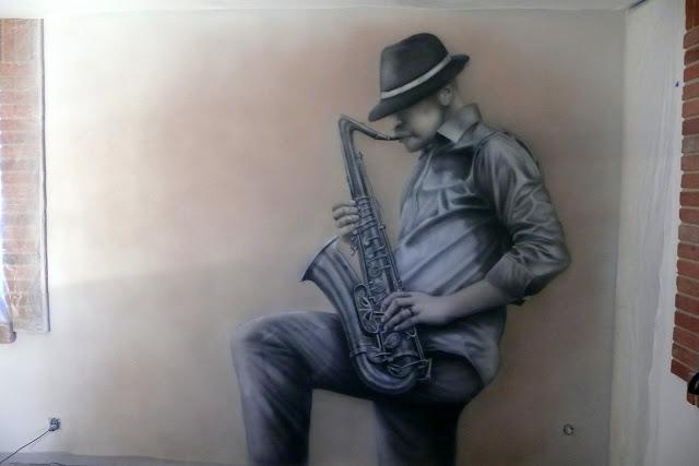 Mlowanie saksofonisty na ścianie, motyw jazzowy, mural czarno-biały w klimacie jezzopwym