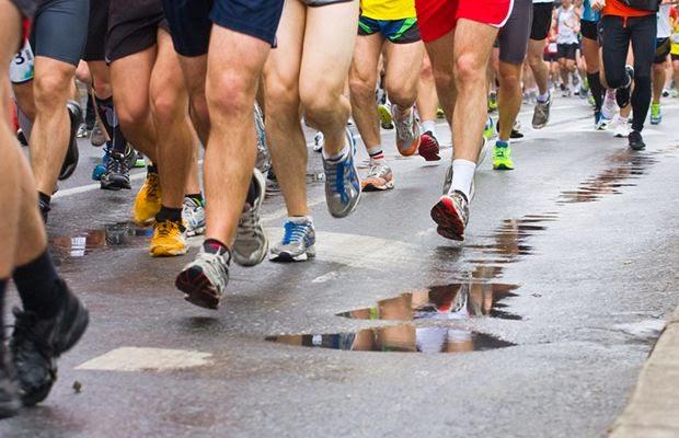 Personas corriendo un maratón benéfico por la ciudad
