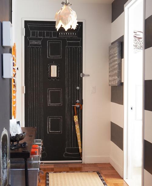 Puerta decorada con tizas en pintura de pizarra