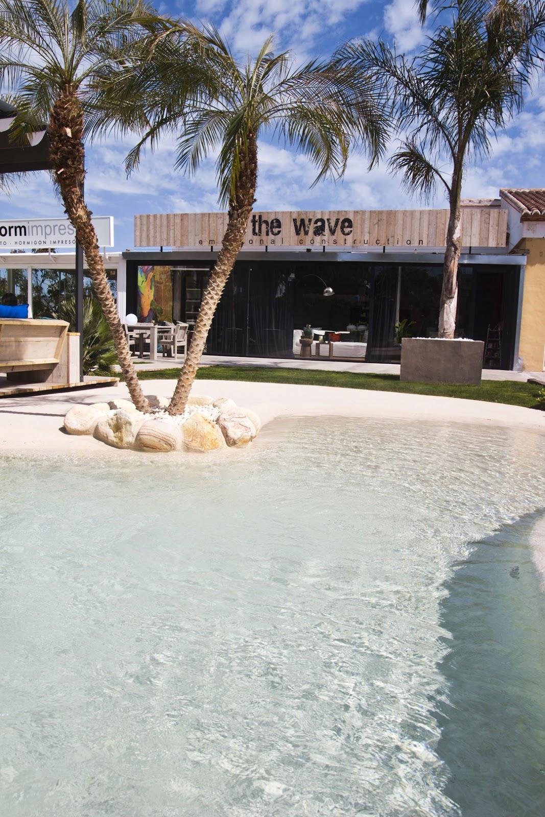 Piscina de arena en the wave javea lucas gunitec for Construccion de piscinas de arena