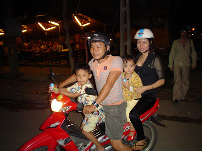 Familia vietnamita en una moto