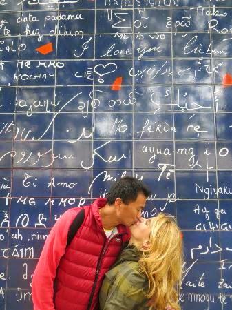 Baiser tendre devant le mur des je t'aime à Paris