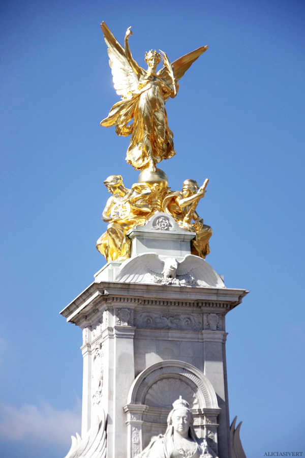aliciasivert, alicia sivertsson, london, england, buckingham palace, statue, staty