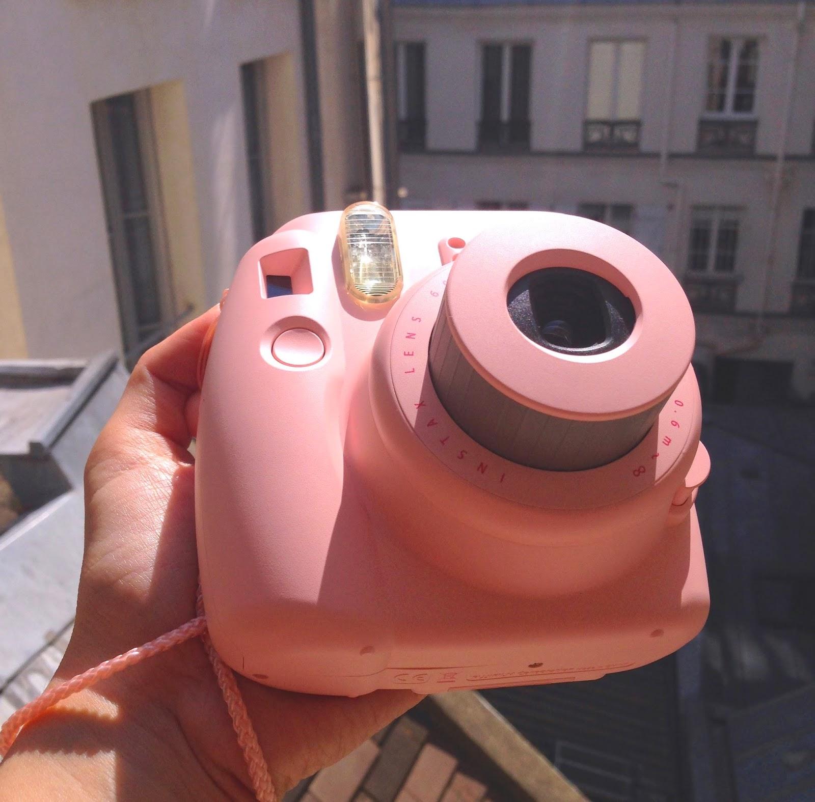 L'obiettivo della Instax Mini 8 rosa - foto di Elisa Chisana Hoshi