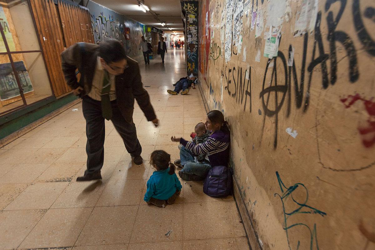 MADRE Y 3 NIÑOS VIVEN DE LA MENDICIDAD