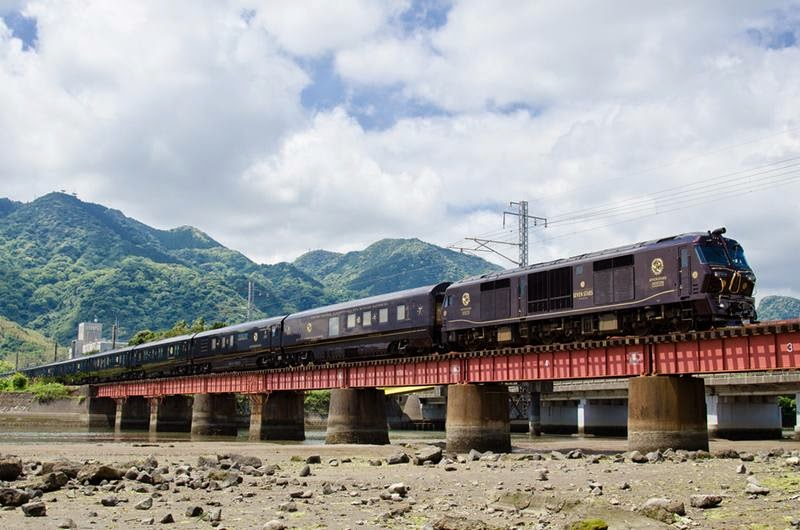 "Class DF200 type 7000 + Coach for ""SEVEN STARS in KYUSHU""  In Nippo Line"