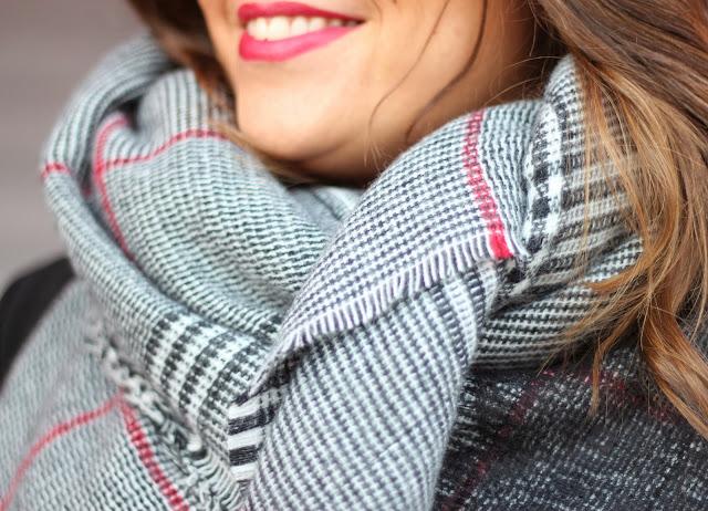 photo-streetstyle-look-leatherpants-tartanscarf