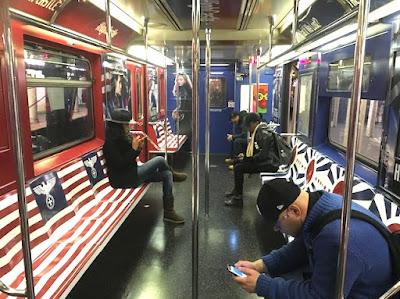 Amazon cubrió los trenes de Nueva York con símbolos nazis