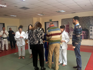 Η Πρόεδρος του ΚΕΑΤ και ο Μένιος Σακελλαρόπουλος δίνουν τα μετάλλια στα κορίτσια