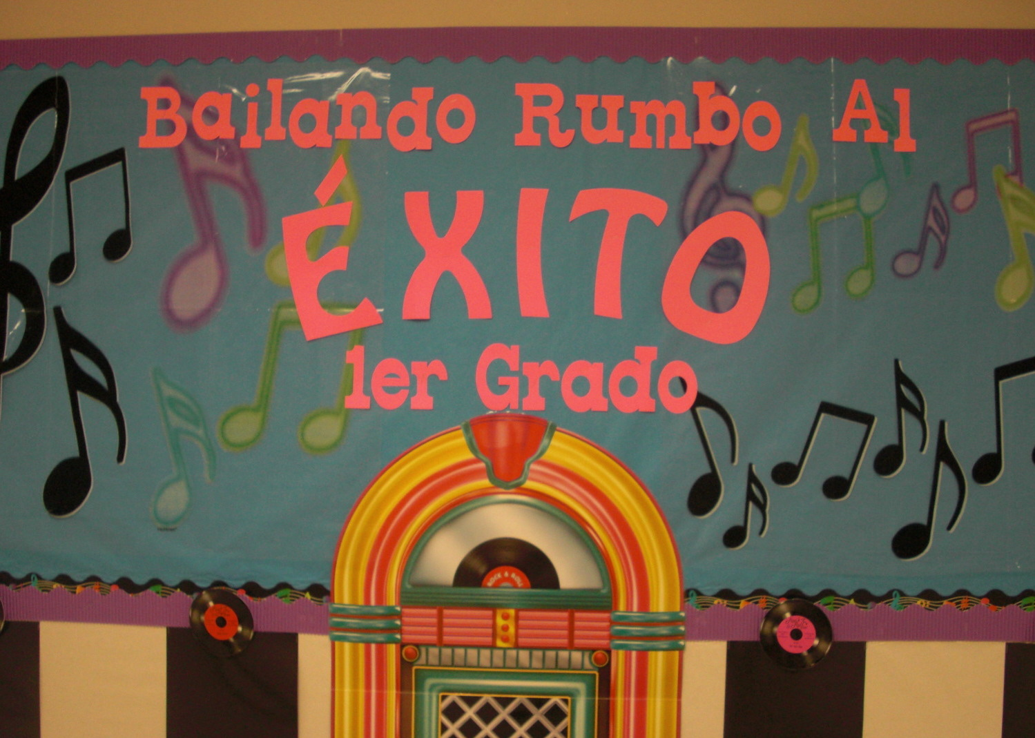 September Bulletin Board Ideas http://iteachduallanguage.blogspot.com/2012/03/bulletin-boards-you-are-so-punny.html
