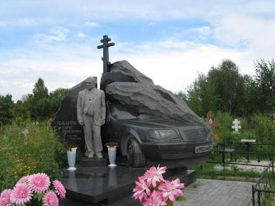 Мраморное надгробие криминального авторитета