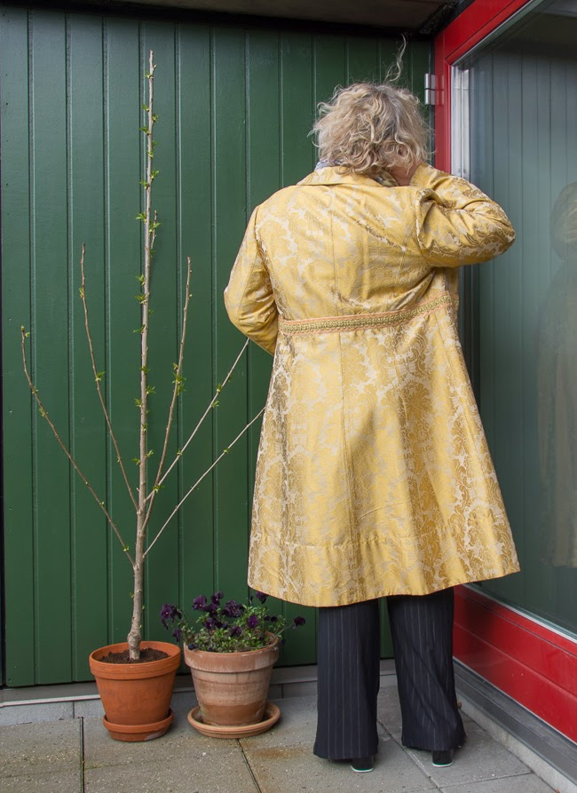 Back of Kaffesoester in gold brocade coat
