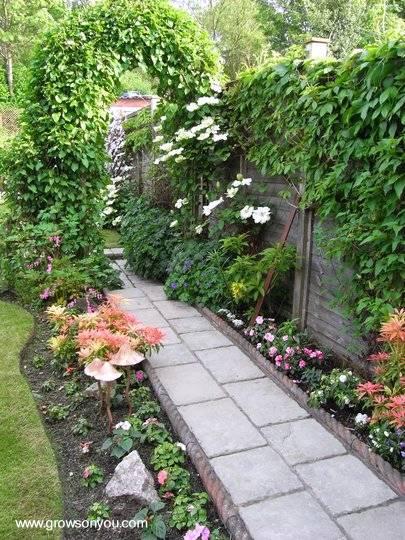 Vereda de jardín con losas y borde de material de concreto