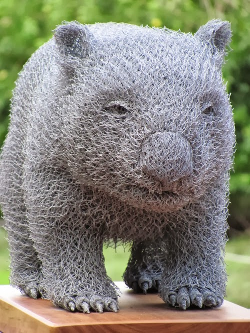 05-Wombat-Chicken-Wire-Sculptures-Sculptor-Ivan-Lovatt-www-designstack-co
