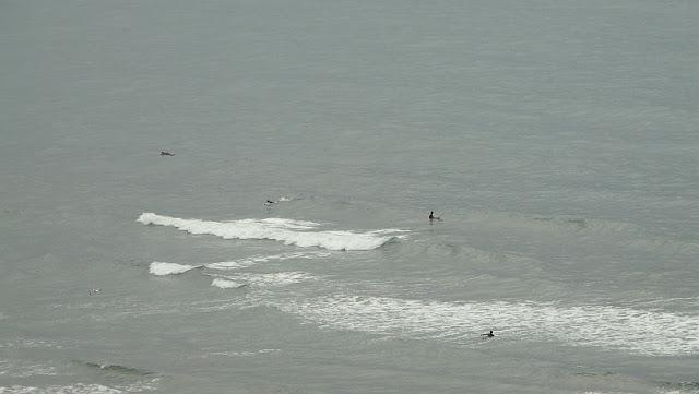 En la playa de La Salvaje, Sopelana, apenas hay olas y se preparan para la carrera nudista