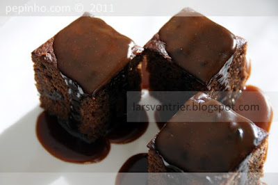 Pudding de ciruelas y chocolate con salsa de toffee